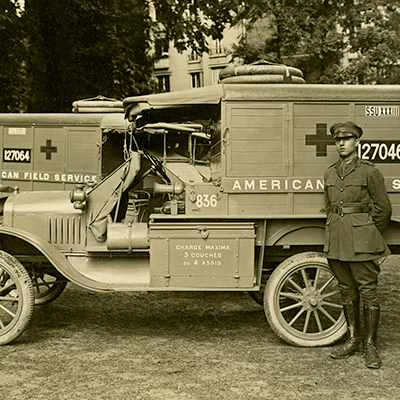 Julien Green di fronte a una ambulanza AFS, 1917.