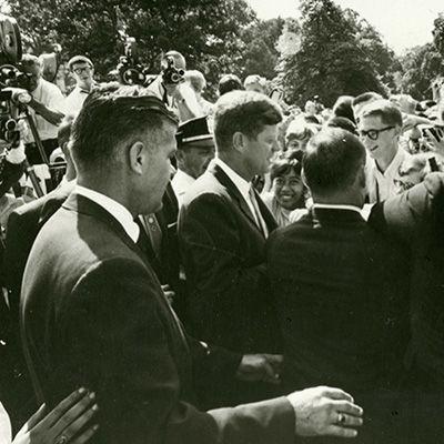 Il Presidente americano John F. Kennedy stringe la mano ai partecipanti al bus trip davanti alla Casa Bianca. Washington D.C., 18 luglio 1963