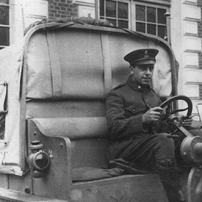 Stephen Galatti al volante di un'ambulanza all'Ospedale Americano di Parigi, 1915