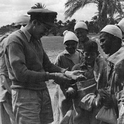 Scambiando tè con uova. Misurata, Libia, Marzo 1943